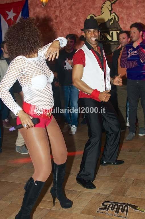 Ballerino-Eloy-per-Animazione-con-Salsa-Cubana-per-il-Centro-Commerciale-Campania