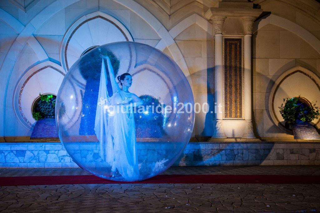 Show Elegante di Danzatrice nella Sfera